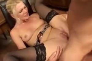 Anna-Lena bekommt im Porno Deutsch ihr Arschloch gefickt