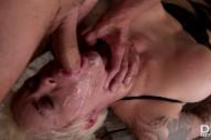 Ficken während des Saugens von Brüsten